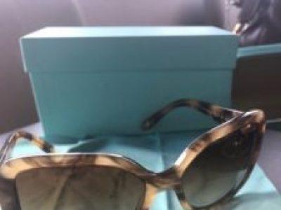 Óculos de Sol da Tiffany cor caramelo com degrade, original na caixa com  certificado e acompanha o pano de limpador de óculos. bfc349067d